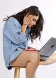 A mulher triguenha nova trabalha no computador Fotografia de Stock