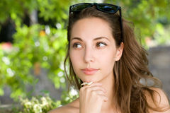Mulher triguenha pondering lindo. foto de stock royalty free