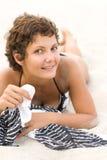 Mulher triguenha que encontra-se em uma areia Fotografia de Stock