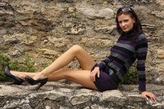Mulher triguenha que levanta em uma rocha Imagens de Stock