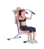 Mulher triguenha que senta-se no exercitador isolado Imagens de Stock Royalty Free