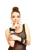 Mulher triguenha 'sexy' com um dedo em seus bordos isolados no branco Imagens de Stock