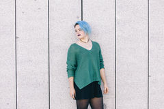 Mulher triste andrógino adolescente com o cabelo tingido azul isolado no s Foto de Stock