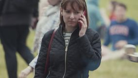 Mulher triste com o telefone celular que está atrás do frigideira chinesa grande do alimento da rua do metal filme