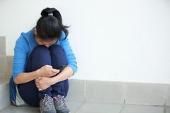 Mulher triste com telefone celular foto de stock royalty free
