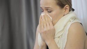 A mulher triste cura um nariz ralo com uma cebola, espirra alto e limpa seu nariz video estoque