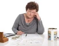 A mulher triste do pensionista tem os problemas do dinheiro - pobreza na idade Foto de Stock