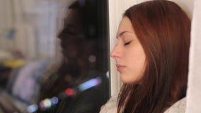 A mulher triste do ruivo senta-se no peitoril e no grito da janela filme