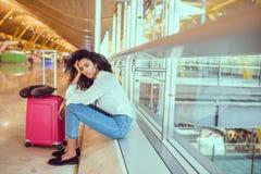 Mulher triste e infeliz no aeroporto com o voo cancelado fotografia de stock royalty free