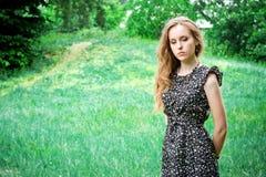 A mulher triste fica em uma floresta fotos de stock royalty free