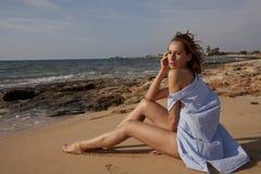 Mulher triste na praia fotografia de stock