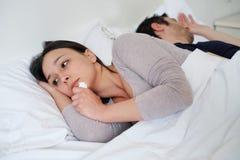 Mulher triste no grito da cama ignorado por seu noivo foto de stock royalty free