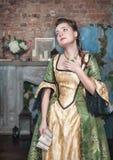 Mulher triste no vestido medieval que guarda a letra Fotografia de Stock