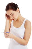 Mulher triste, preocupada com teste de gravidez. Fotografia de Stock