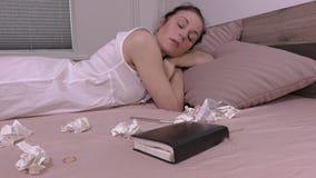 Mulher triste que grita na cama Conceito do divórcio video estoque