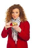 Mulher triste que mostra um banco piggy pequeno Foto de Stock Royalty Free