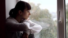 Mulher triste que senta-se na soleira filme