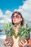 Mulher tropical do verão com abacaxi Fora, oceano, natureza Paraíso da ilha de Bali imagens de stock