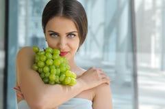 Mulher turca bonita que guarda um grupo de uvas foto de stock royalty free