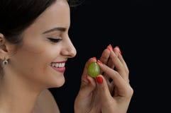 Mulher turca bonita que guarda uma uva em suas mãos Fotos de Stock
