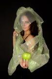 A mulher Two-faced com maçã verde tenta Imagens de Stock
