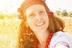 Mulher ucraniana bonita vestida na roupa bordada no fie imagem de stock