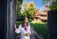 Mulher ucraniana na vila étnica fotografia de stock