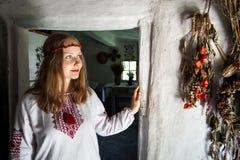 Mulher ucraniana na vila étnica fotos de stock