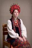 Mulher ucraniana no traje nacional foto de stock