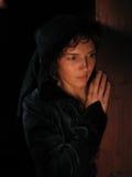 Mulher um fundo escuro pintado com luz. fotografia de stock