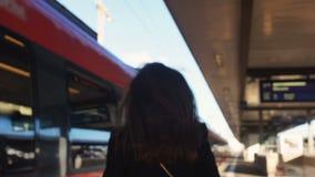 Mulher Unorganized atrasada para o trem, correndo no desespero na plataforma, dia fatigante vídeos de arquivo