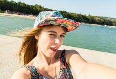 Mulher urbana bonita que faz o selfie Foto de Stock Royalty Free