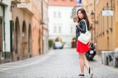 Mulher urbana nova feliz na cidade europeia Turista caucasiano que anda ao longo das ruas abandonadas de Europa fotos de stock