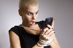Mulher urbana nova viciado à metáfora esperta do telefone Fotos de Stock