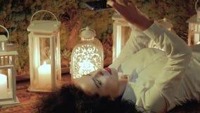 A mulher usa o smartphone no assoalho filme