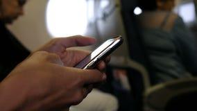 A mulher usa um close-up do telefone a bordo vídeos de arquivo