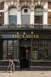 A mulher varre acima fora do bar do castelo em Farringdon Imagem de Stock Royalty Free