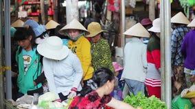 A mulher vende a erva e e os vegetais video estoque