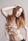 Mulher vermelha bonita do cabelo com bordos do ouro Imagens de Stock