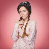 Mulher vermelha bonita do cabelo no equipamento do inverno: camiseta, lenço e chapéu mornos com neve por todo o lado nela Isolado Fotografia de Stock Royalty Free
