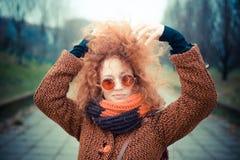 Mulher vermelha bonita nova do cabelo encaracolado Imagens de Stock