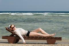 Mulher vermelha bonita que relaxa perto Imagem de Stock