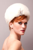 Mulher vermelha consideravelmente nova do cabelo imagem de stock