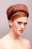 Mulher vermelha consideravelmente nova do cabelo fotografia de stock