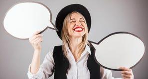 Mulher vermelha de sorriso alegre feliz do moderno dos bordos no chapéu negro com bubles do discurso fotografia de stock royalty free