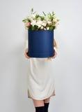 A mulher vermelha do cabelo com o ramalhete de rosas selvagens floresce no vint bonito Foto de Stock