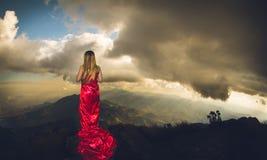 Mulher vermelha do vestido em montanhas brasileiras do mantiqueira imagem de stock
