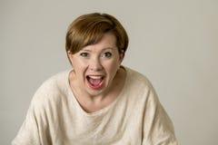 Mulher vermelha feliz e surpreendida nova do cabelo que olha à câmera deleitada surpreendida e na expressão da cara da surpresa i fotografia de stock