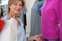 A mulher veste a compra Imagens de Stock Royalty Free