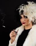 Mulher vestida acima como do caráter de Cruella o Dia das Bruxas imagens de stock